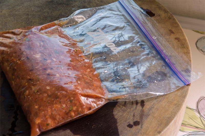 Doppelzip Gefrierbeutel mit Sauce. Ein deutliches Vakuum ist zu erkennen.