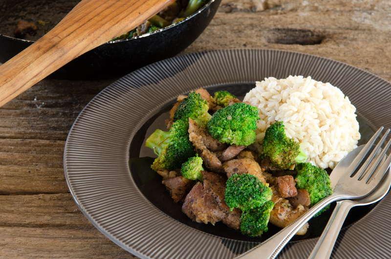 Geschnetzeltes mit Brokkoli und Reis auf einem Teller.